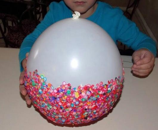 Witte ballon versierd en verschillende kleuren confetti