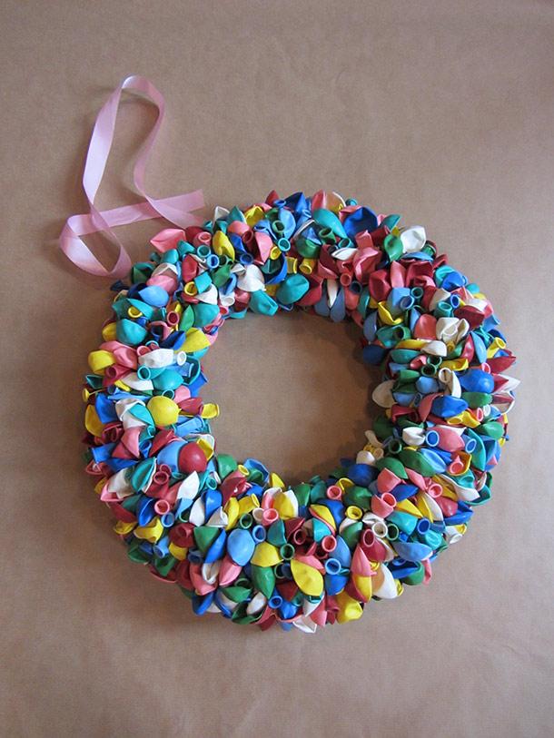 Krans gemaakt van allemaal verschillende kleuren ballonnen