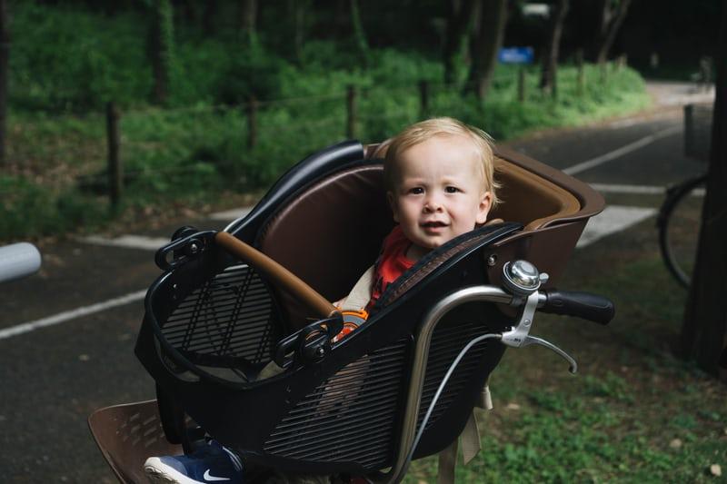 hoe fiets je veilig met een kind achterop?