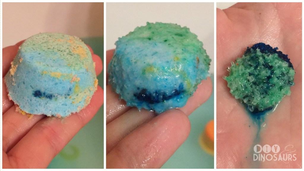 Drie foto's met het proces van het maken van een blauwe badbom. Links is hij klaar, in het midden is hij nog een beetje waterig en een stuk kleiner en rechts is hij nog heel klein en nog een beetje modderig