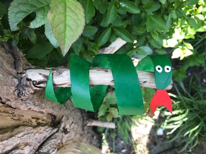 groene slang gemaakt van een wc rol in een boom