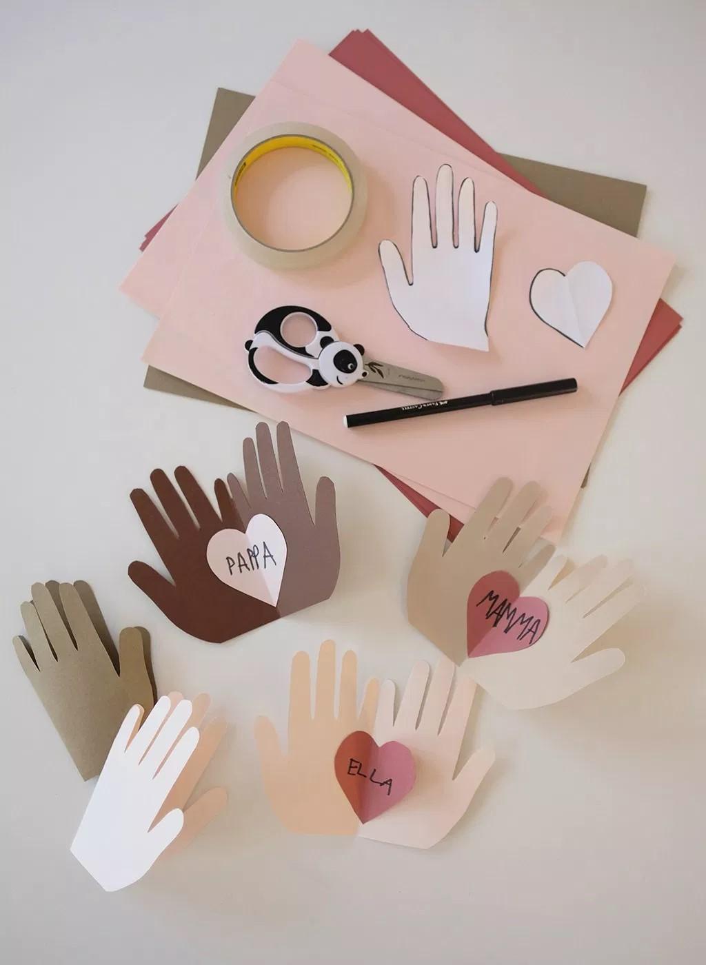 oppaskinderen hebben Hand Heart-kaarten gemaakt voor papa en mama.