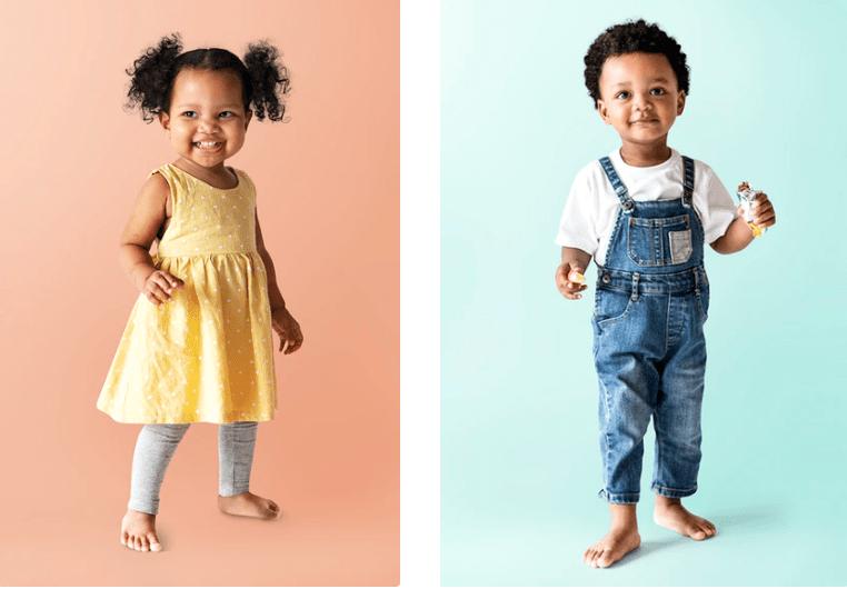 Twee kindjes die allebei heel vrolijk kijken omdat hun oppas de allerleukste oppastips van Nanny Nina heeft opgevolgd