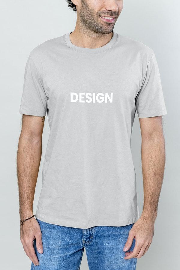 man met grijs korte mouwen shirt aan op het shirt staat 'design' kleding dat geschikt is om te dragen tijdens het oppassen