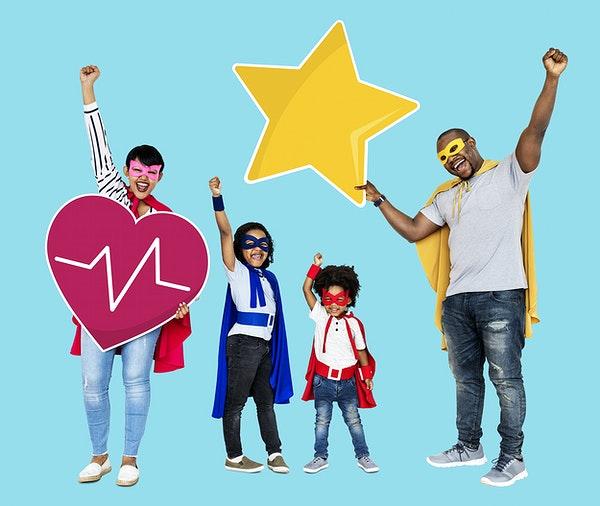 Oppasoutfit: gezin met superhelden outfit aan