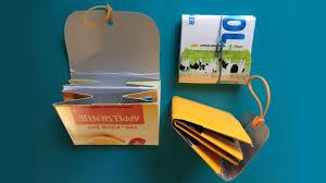 twee portemonneetjes gemaakt van melkpakken
