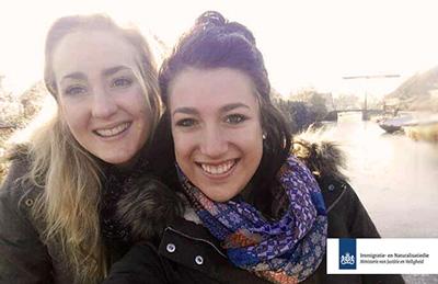 2 au pairs lachen in de camera terwijl ze meedoen aan het nanny nina au pair agency uitwisselingsprogramma