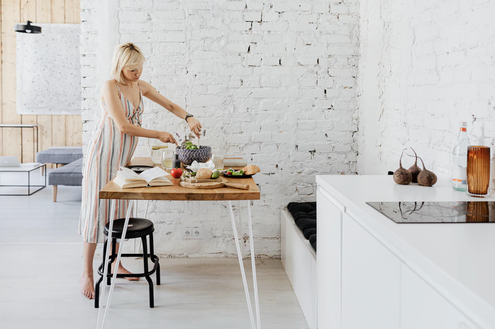 Au pair bereid eten voor gastgezin in mooi witte keuken op uitwisselingprogramma van au pair bureau