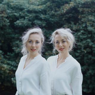 Jasmijn en Lyla in witte kleding