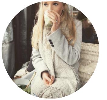 Oppas blogger julia van 19 zit lekker in de zon een koffie te doen terwijl ze nadenkt over een nieuw oppasblog!