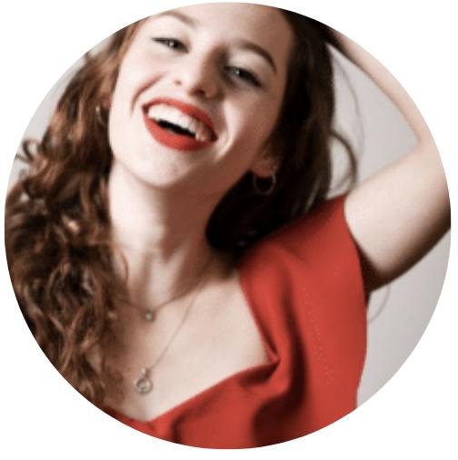 Lucy Walvisch haalt haar hadn door haar lange donkerbruine haar. Met rode lippenstift lacht ze je vrolijk tegemoet op de foto! Ze blogt bij Nanny Nina over cultuur en toneel en vindt het zelf ook superleuk om op te passen. Muziek en toneel zijn haar passie en daarom schreef ze ook dit blog.