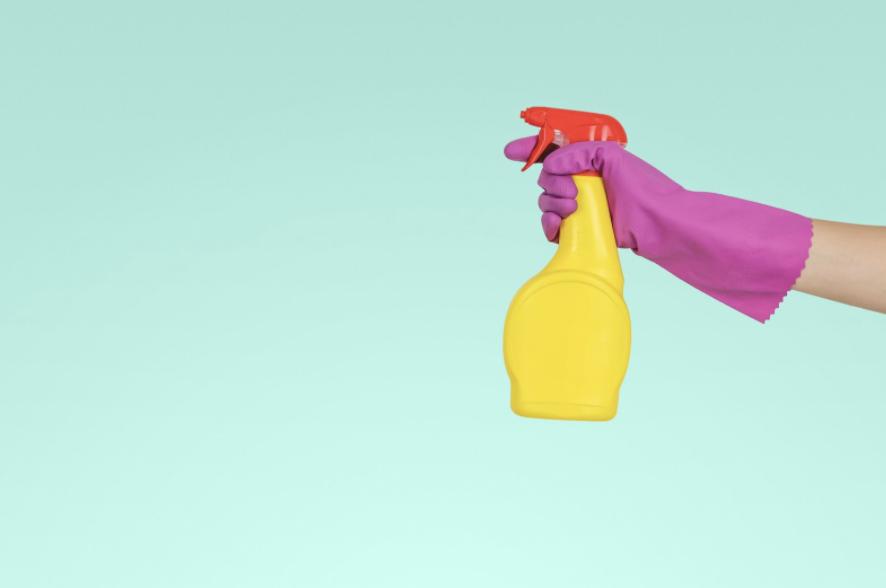 Wat mag een oppas doen in het huishouden?