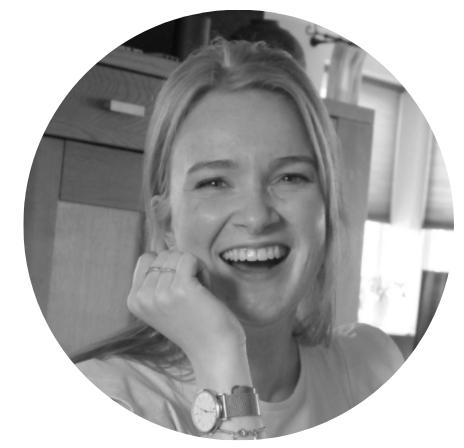 Manon blok nanny nina blogger bij de oppas app. Psychologie studente en hier schrijft ze ook graag over, ze kijkt lachend op een zwart wit foto in de camera.