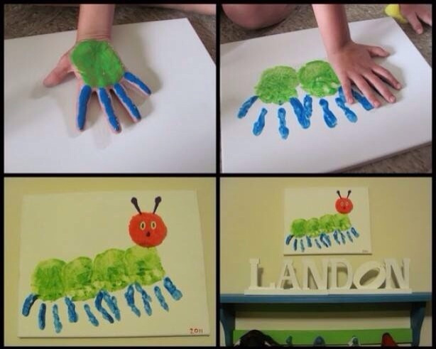 Vier verschillende foto's. Links boven staat een hand met groene verf op de handpalm en blauwe verf op de vingers (behalve de duim), onder de duim is een wit vel papier. Rechtsboven is een foto van drie hand afdrukken naast elkaar, in de kleuren blauw en groen. Links onder staat een foto van de drie handafdrukken en een rood hoofd, deze foto geeft een rups weer. Op de foto rechtsonder hand de tekeningen aan de muur. Onder de tekening staan de letter LANDON.