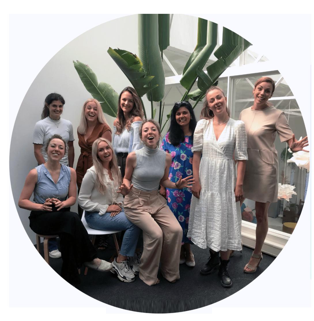 Nanny Nina gastouderbureau team op het kantoor in Haarlem teamfoto met lachende meiden