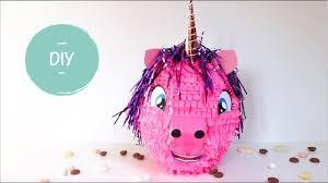 Een van de knutselideeën van een oppas die samen met de kinderen een roze unicorn heeft gemaakt van papier mache