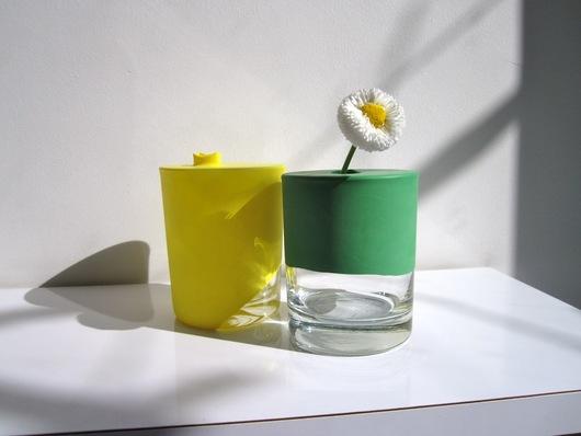 Zelf geknutselde bloem in een gele en groene vaas